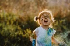 طفلة سعيدة