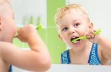 طفل ينظف أسنانه.jpg