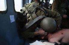 صورة أحد الجنود أثناء تقديم الاسعافات الاولية له