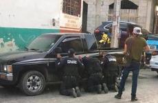 عصابة تهين رجال شرطة بالمكسيك