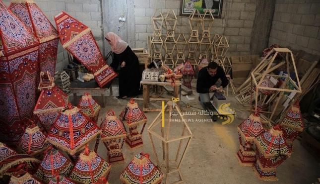الزوجان خالد سويدان وغدير زنداح يبدعان في صناعة الفوانيس (30977932) .jpeg