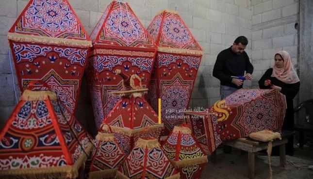 الزوجان خالد سويدان وغدير زنداح يبدعان في صناعة الفوانيس (30977930) .jpeg
