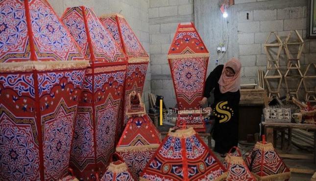 الزوجان خالد سويدان وغدير زنداح يبدعان في صناعة الفوانيس (30977933) .jpeg