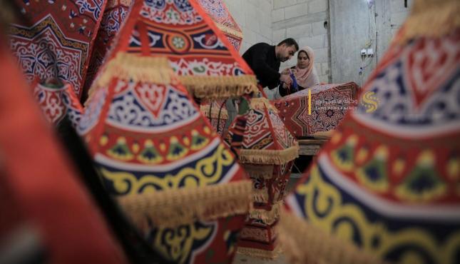 الزوجان خالد سويدان وغدير زنداح يبدعان في صناعة الفوانيس (30977931) .jpeg