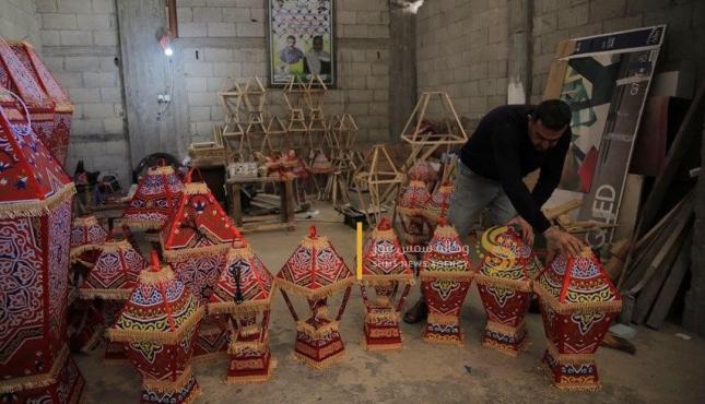 الزوجان خالد سويدان وغدير زنداح يبدعان في صناعة الفوانيس (1) .jpeg