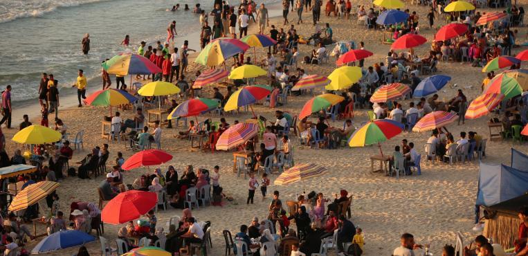 شاطئ بحر مدينة دير البلح مساء اليوم