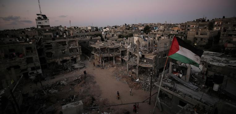 مواطنين يتفقدون منازلهم التي دمرها الاحتلال الاسرائيلي وقت غروب الشمس شمال قطاع غزة