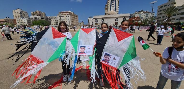 طائرات ورقية تحمل أسماء الشهداء الأطفال في غزة