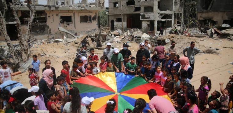 فعالية ترفيه للأطفال بعد الحرب علي ركام المنازل التي دمرها الاحتلال الاسرائيلي في بيت حانون