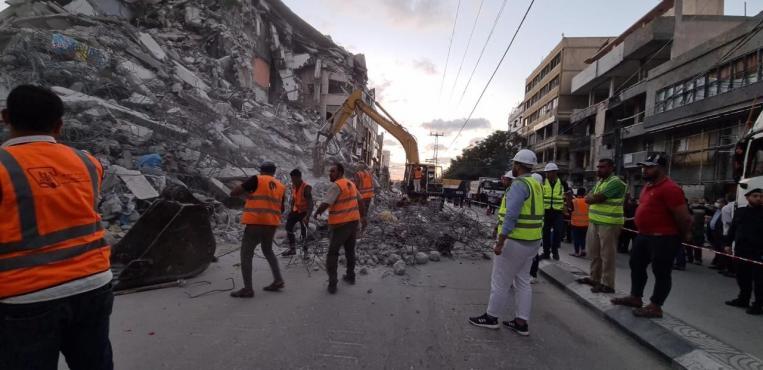 عمال مصريون يعملون علي ازالة الركام الذي خلفة الاحتلال الاسرائيلي بعد الحرب الاخيرة علي قطاع غزة