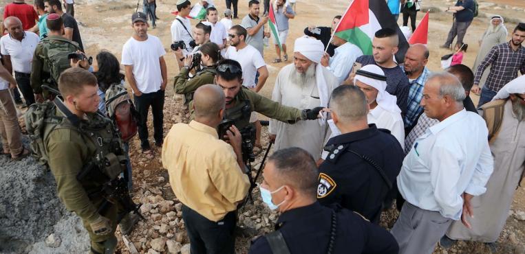 الفلسطينيون خلال وقفة غضب أمام مصادرة الإحتلال  للأراضيهم في يطا جنوب الخليل في الضفة الغربية المحتلة،