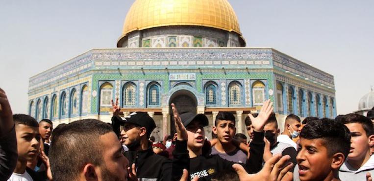 مصلون مسلمون فلسطينيون يؤدون صلاة الجمعة أمام مسجد قبة الصخرة في مجمع المسجد الأقصى بالبلدة القديمة بالقدس