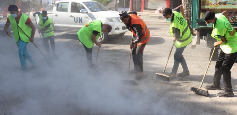 """بلدية النصيرات تطلق حملة """" أمل وعمل """" لتنظيف شوارع مدينة غزة"""
