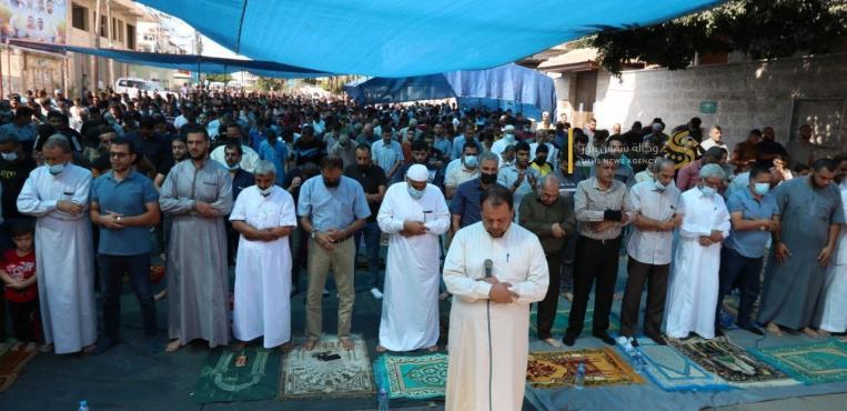 حركة الجهاد الاسلامي تقيم صلاة الجمعة أمام مقر الصليب الأحمر بغزة نصرة للأسرى